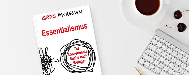 Die Fähigkeit, Wichtiges von Unwichtigem zu unterscheiden, lässt sich nach Autor Greg McKeown in einem Vier-Schritte-Plan erlernen - Buchcover auf einem fast leeren Schreibtisch