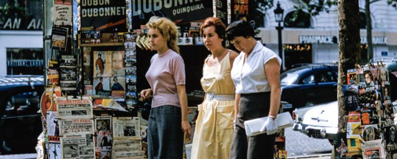 5 Tipps wie Sie mehr Bewerbungen von Frauen erhalten - Frauen der Sechzigerjahre beim Schlendern durch die Großstadt