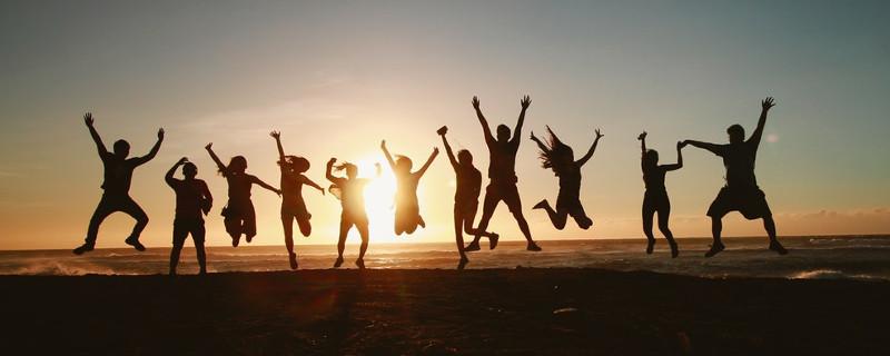 Generation Y sind auch nur Menschen - Silhouette spingender Menschen vor Sonne am Horizon