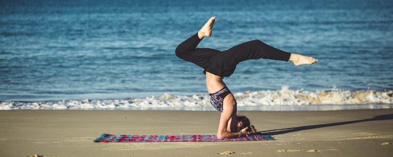 Authentische Streitgespräche durch die richtige Haltung - Frau auf Yogamatte am Strand