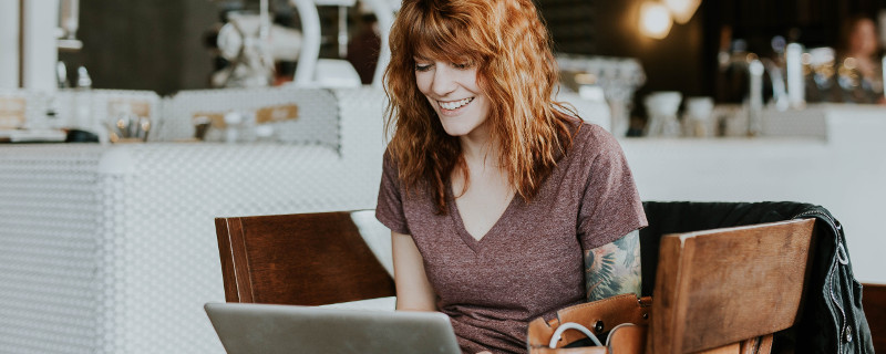 Zeit- und kostensparend weiterbilden - Frau am Notebook