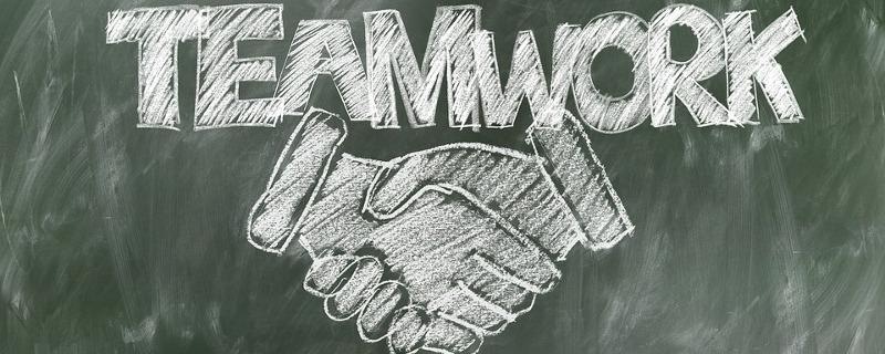 """Personalentwicklung zur Förderung und Entwicklung von Leistungsträgern - Schriftzug """"Teamwork"""" für ein Arbeiten Hand in Hand"""