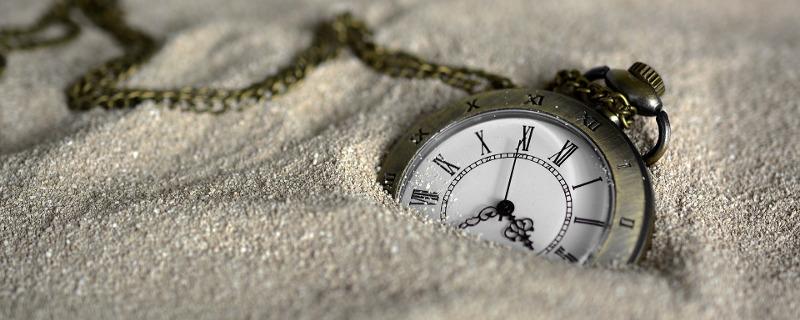 Tipps für Maßnahmen zur Verringerung von Stress - Taschenuhr halb verschüttet im Sand