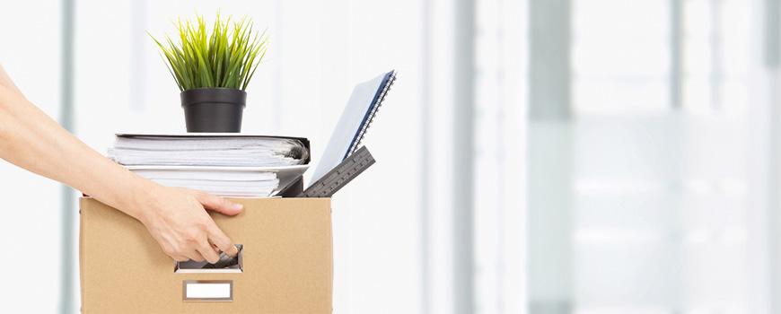 Beim Jobwechsel aufs Arbeitgeberimage achten - Umzugskiste mit Büroutensilien