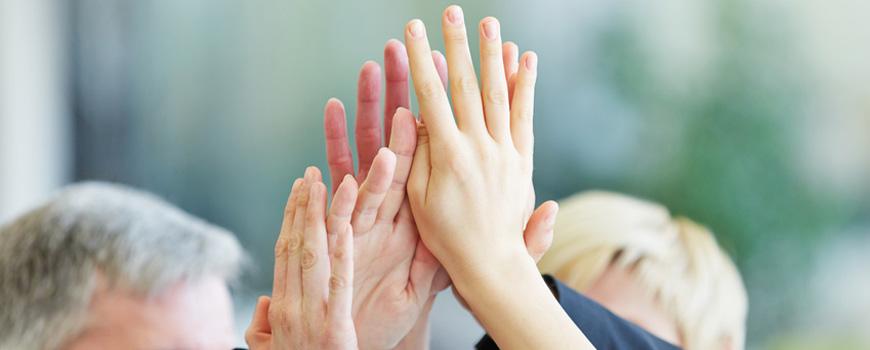 High Five - Mehrere Hände klatschen ab