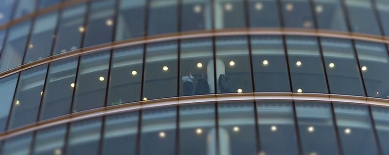 Great Place to Work - Mann schaut aus dem Fenster einer Büroetage