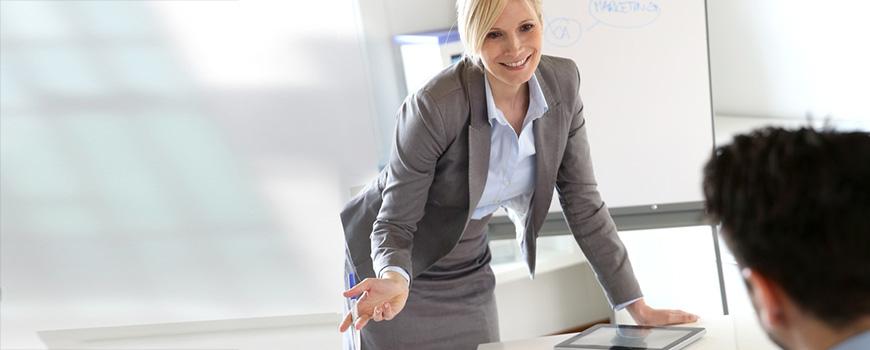 Frau im Vortrag über den Konferenztisch gebeugt