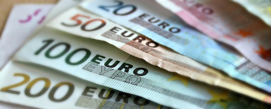 Frauen, Geld, Gehalt und Glück - Geldscheine, Euro, Geldfächer