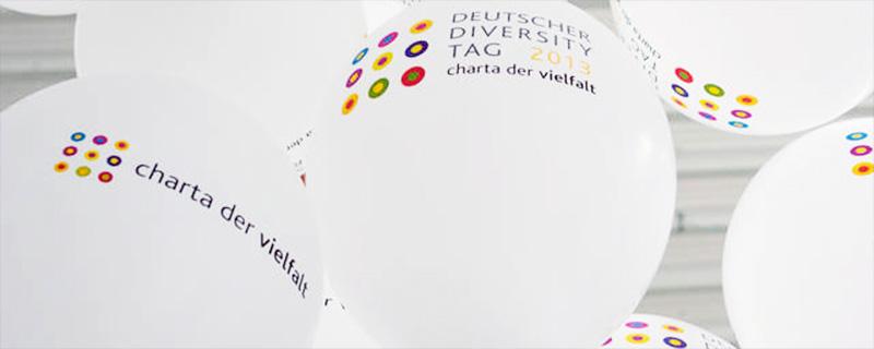 Weiße Luftballone mit dem Signet vom Diversity Tag 2013