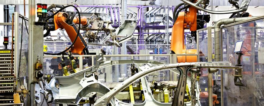 Roboterarme in der Fertigungsstraße eines Automobilherstellers