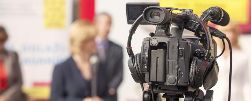 Sprecherin vor der Kamera