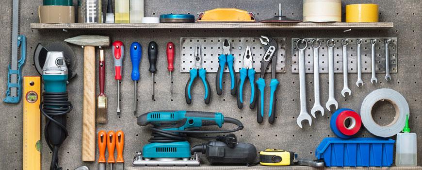 Wand mit diversen Werkzeugen