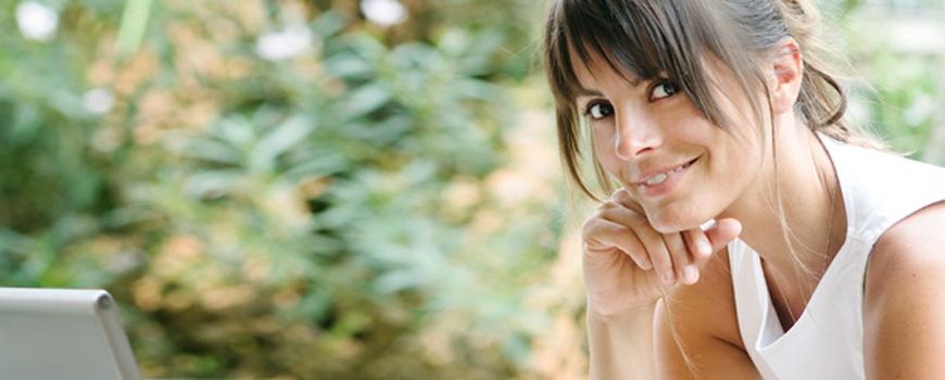 Für den Traumjob braucht es gutes Timing bei der Jobsuche - Frau am Notebook