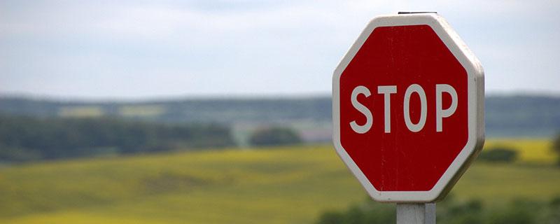 Warum Neinsagen so wichtig ist - Stoppschild in der Landschaft