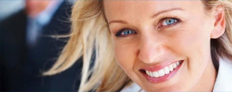 Mit mehr Biss die Karriere planen - Blonde lächelnde Managerin