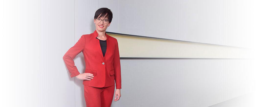 Kommunizieren Sie mit Rot Energie und Aktivität - Frau in rotem Businesskostüm