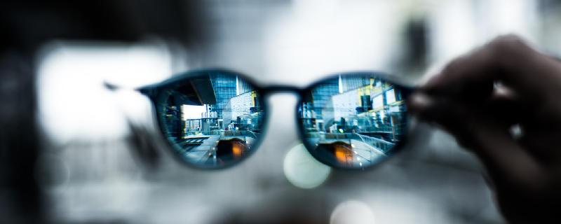 5 Tipps, wie Sie soziale Netzwerke effektiv für Ihre Karriere nutzen - Scharfer Fokus durch Brille, https://pixabay.com/de/brillen-hand-bokeh-verwischen-2589290/