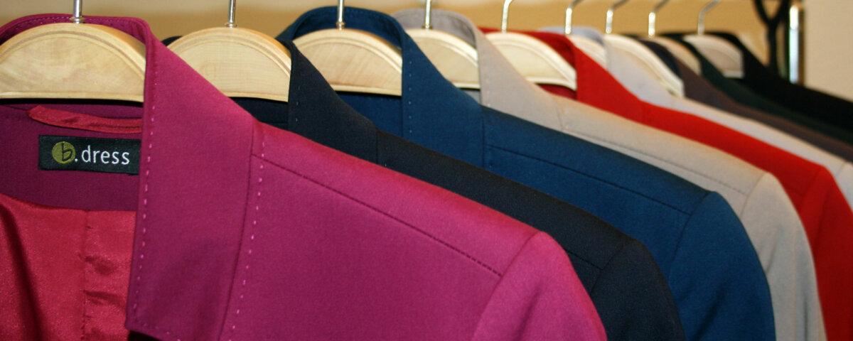 Mit der richtigen Business-Mode und authentischen Farben zum Erfolg - Farbskala von in Reihe gehängter Blazer