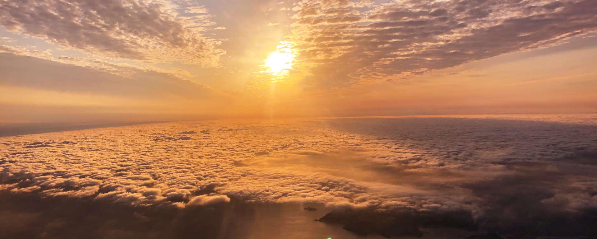 Sonnenuntergang über den Wolken - Der Blick aus dem Cockpit